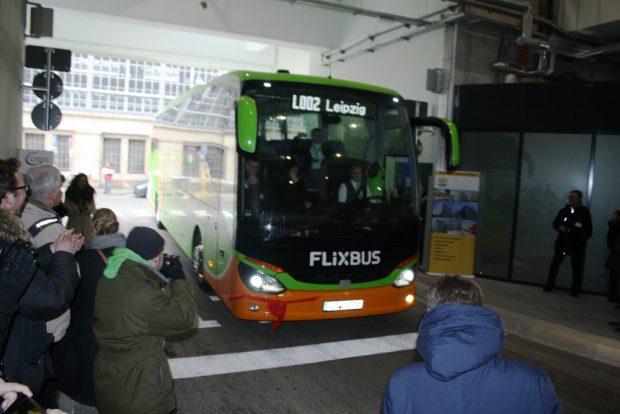 Ein FlixBus fährt ins neue Terminal ein. Foto: Ralf Julke