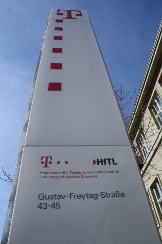 Noch lädt Magenta am Eingang zur HfTL ein. Foto: Ralf Julke