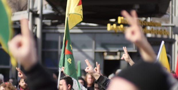 Mit einer Schweigeminute für die Opfer in Afrin begann die Demonstration.