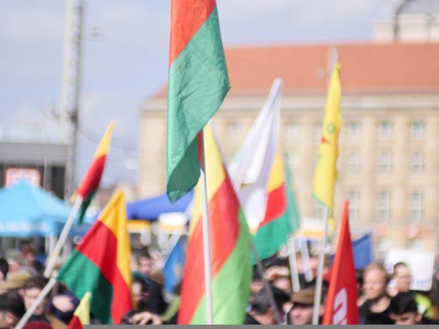 Viele fremde Flaggen auf dem kleinen Willy-Brand-Platz. Foto: Luca Kunze