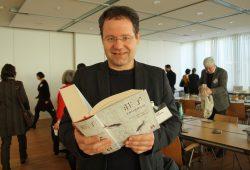 """Viktor Kalinke mit dem dicken """"Zhuangzi. Foto: Ralf Julke"""