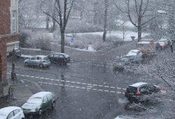 Kreuzung im Schnee. Foto: Ralf Julke