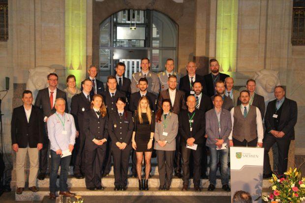 Alle anwesenden Olympiasportlerinnen und -sportler mit ihren Trainern, früheren Übungsleitern sowie Michael Kretschmer, Jens Weißflog, Heike Fischer-Jung und Roland Wöller. Foto: LSB