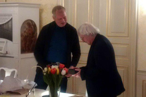 Der Vorsitzende Ralph Grüneberger übergibt den Preis an Andreas Reimann (r.). Foto: Maren Schönfeld