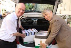 Optimistisch vor der Fahrt nach Berlin: Bernward Rothe und Roland Mey im Juli 2015. Foto: Ralf Julke