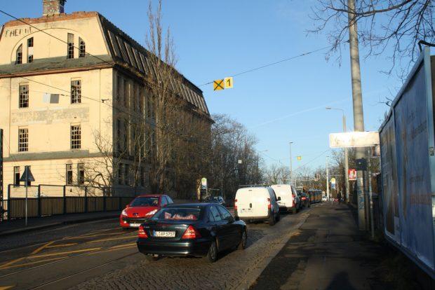 Autoschlange auf der südlichen Georg-Schwarz-Brücke. Foto: Ralf Julke