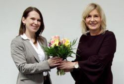 Geschäftsführerin Frau Dr. Iris Minde (rechts) gratuliert der neuen Geschäftsbereichsleiterin Frau Dr. Susann Landgraf. Foto: Klinikum St. Georg