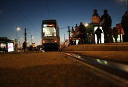 Straßenbahn auf nächtlicher Tour. Foto: Ralf Julke