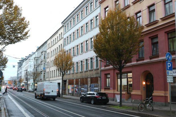 Saniert und dann die Ladenzeile zugemauert: 200 Meter vor dem Listplatz steht das Haus (Mitte, rechts) leer. Foto: L-IZ.de