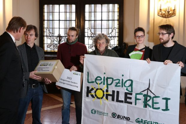 """Übergabe der Petition """"Leipzig kohlefrei"""" von über 2.000 Leipzigern am 15. November 2017 vor dem Ratssaal im Neuen Rathaus. Foto: L-IZ.de"""