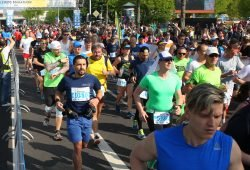 42. Leipzig Marathon am 22.04.2018. Im Bild: Laeuferfeld Marathon am Start am Sportforum. Foto: Jan Kaefer