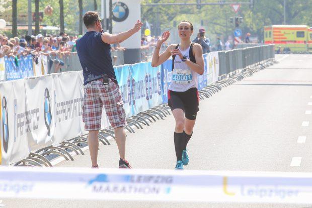 Juliane Meyer klatscht beim Zieleinlauf noch mit Moderator Roman Knoblauch ab. Foto: Jan Kaefer