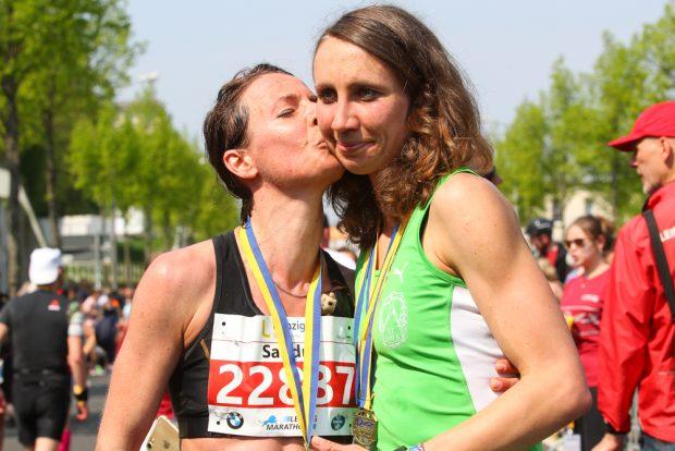 Gold-Pärchen: Halbmarathon-Siegerin Sandra Boitz (SC DHfK/ li.) gratuliert ihrer Partnerin Juliane Meyer zum dritten Marathon-Erfolg. Foto: Jan Kaefer.