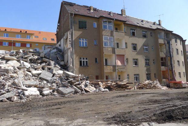 Blick vom Innenhof auf die Wohnanlage Otto-Adam-Straße: Die Häuser 11 und 13 werden derzeit abgerissen und weichen einem Neubau. Der Rest der Wohnanlage wird denkmalgerecht saniert. Quelle: VLW eG