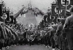 Adolf Hitler samt Entourage auf einem der Massenevents in den 30er Jahren des letzten Jahrhunderts - hier in Bückeberg. Foto: Cigaretten-Bilderdienst Hamburg, gemeinfrei