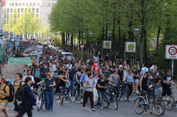 Beim Einbiegen auf die Goethestraße zur Zwischenkundgebung vor dem LWB-Gebäude. Foto: L-IZ.de