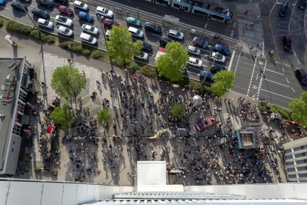 Die Demo von oben am Wintergartenhochhaus. Viele verdrückten sich zwischen die hohen Gebäude in den Schatten. Foto: DoppelT
