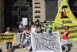 Demonstration mit dem Hinweis, man lasse sich nicht verkohlen, vom Bündnis Leipzig kohlefrei vor dem Leipziger Rathaus am 18. April 2018. Foto: L-IZ.de