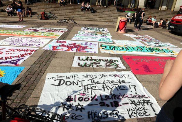 Demoplakate vor der Oper Leipzig vor dem Start. Foto: L-IZ.de