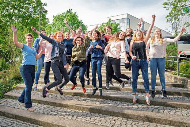 Auszubildende der Leipziger Berufsfachschule für Gesundheits- und Krankenpflege freuen sich mit Schulleiterin Friederike Baumgärtel (Bildmitte) über das gute Abschneiden im Bundesvergleich. Foto: DKL/Kay Zimmermann
