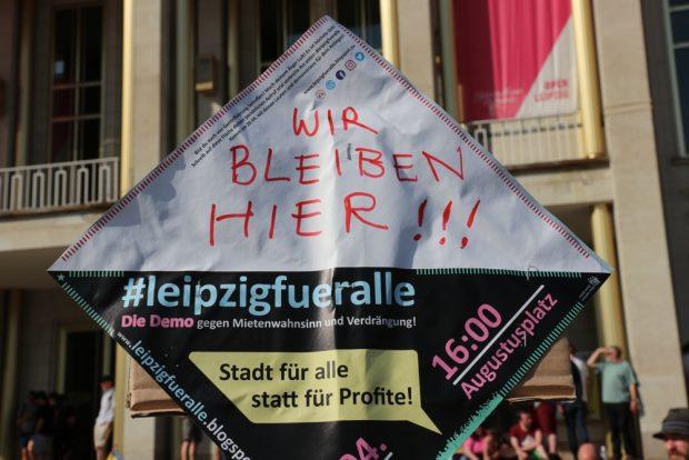 """Ein Hauch von 1989 beim Slogan """"Wir bleiben hier""""- heute natürlich anders gemeint. Foto: L-IZ.de"""