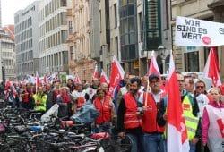 Ein langer Demozug am Brühl. Am 13. April gingen rund 2.500 Menschen für sechs Prozent mehr Lohn in Leipzig auf die Straße. Foto: L-IZ.de