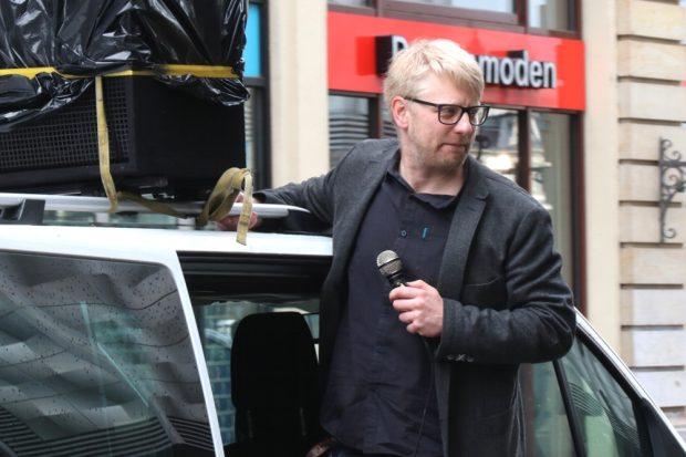Erik Wolf hoch auf dem Demowagen. Foto: L-IZ.de
