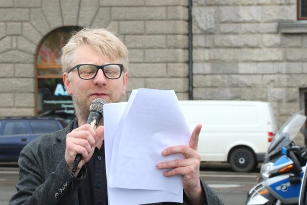 Erste Schmunzler - Erik Wolf beim Verlesen der Demoauflagen. Foto: L-IZ.de