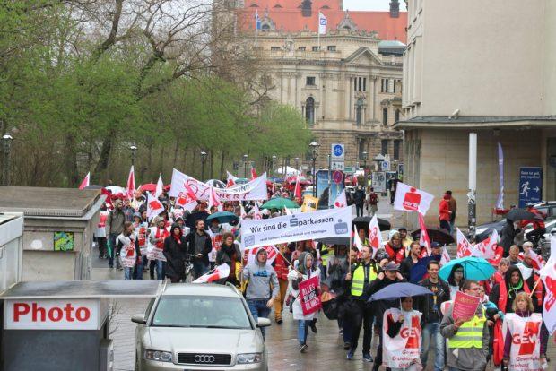 GEW, Verdi, Sparkassen und weitere öffentliche Angestellte vereint an der Moritzbastei. Foto: L-IZ.de