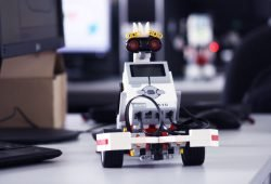 """Im Rahmen des Girls'Day können auch Roboter wie dieser gebaut werden – ein """"Roberta""""-Roboter verkörpert als Lego-Modell. Foto: HTWK Leipzig"""
