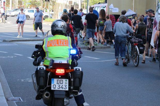 Heute nur Freund und Absperrhelfer auf einer friedlichen Demo. Foto: L-IZ.de