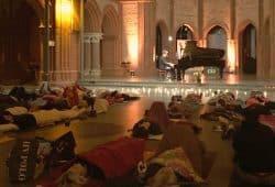 Klavierkonzert im Liegen mit Andreas Loh, in der Heilig Kreuz Kirche in Berlin im Jahr 2015. Foto: privat