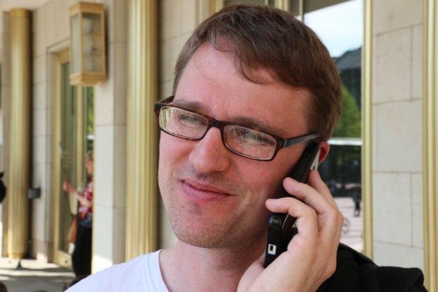 Der Leipziger Linkenchef Adam Bednarsky ebenfalls vor Ort und wie immer bei der Arbeit. Foto: L-IZ.de