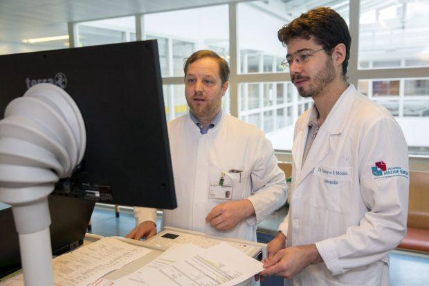 Dr. Jan Theopold (li.) von der Klinik für Orthopädie, Unfallchirurgie und Plastische Chirurgie im Gespräch mit Dr. Gustavo F. Morato aus Brasilien. Foto: Stefan Straube/UKL