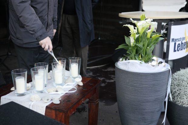 Sechs Kerzen zum Gedenken am Tag der Shoa in Leipzig. Foto: Luca Kunze