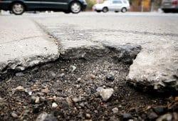 Gerade nach dem Winter kommen sie groß raus: Asphalt-Krater. Die IG BAU appelliert an Autofahrer, Schlaglöcher zu melden. Foto: IG BAU