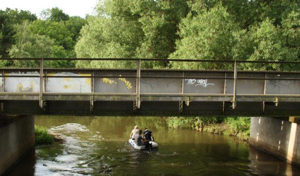 Lieber nicht in die Brühe fallen: mutige Bootsfahrer auf der unteren Weißen Elster. Foto: Ralf Julke