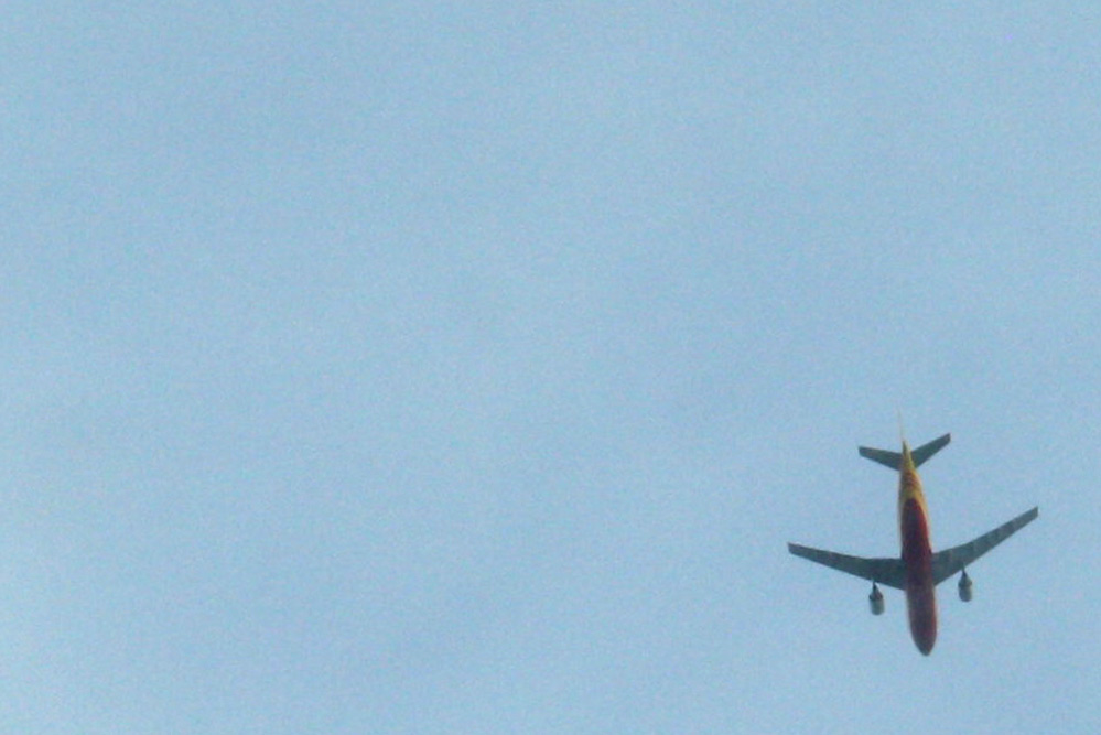 DHL-Flieger auf Abkürzung über Leipziger Stadtgebiet. Foto: Ralf Julke