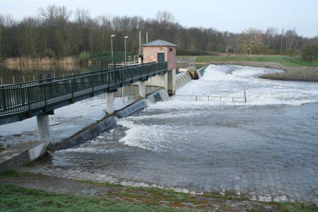 Das ist keine Flussaue, sondern ein Steuerungsbauwerk für einen Abflusskanal. Foto: Ralf Julke