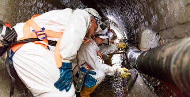 Händische Sanierung in einem Leipziger Kanal. Foto: KWL, Foto: Leipziger Gruppe