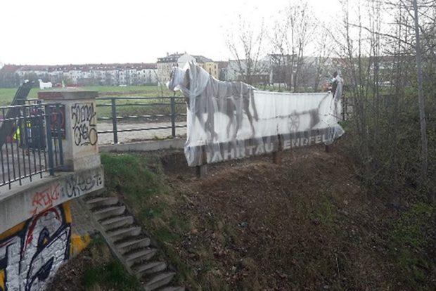 Noch verhüllt: Man & Horses on Millennium Field. Foto: Schaubühne Lindenfels