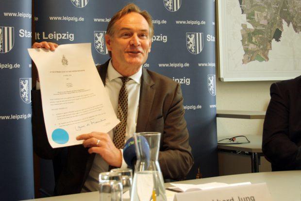 Burkhard Jung mit dem Urteil des Supreme Court. Foto: Ralf Julke