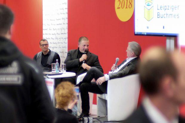 """Götz Kubitschek (Antaios Verlag und """"Institut für Staatspolitik"""") und Jürgen Elsässer (Compact Magazin) auf der Leipziger Buchmesse. Foto: Luca Henze"""