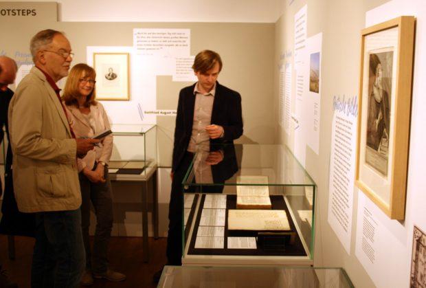 Dr. Bernd Koska erläutert den Ausstellungsteil zu Bach-Schüler Christoph Birkmann. Foto: Ralf Julke
