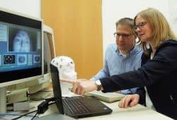 Andreas Widmann und Nicole Wetzel haben einen neuen Ansatz zur Untersuchung von Aufmerksamkeitsprozessen entwickelt, der die Pupillenweite eines Probanden und dessen Hirnströme einbezieht. Foto: LIN Magdeburg