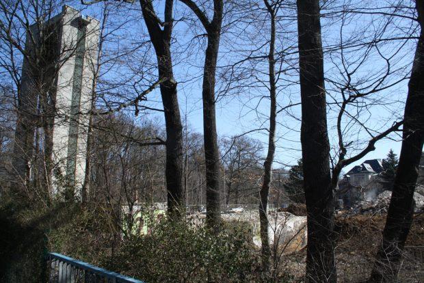 Der Glockenturm an der Emil-Fuchs-Straße erzählt noch von der Kirche. Foto: Ralf Julke
