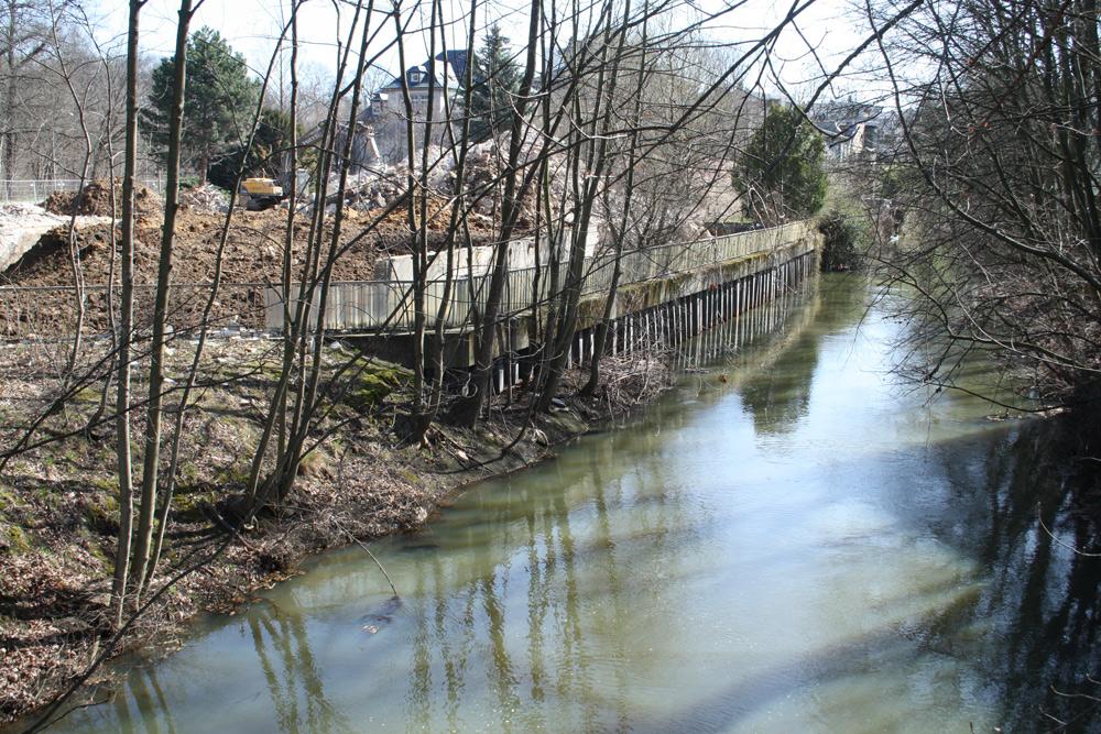 Die Uferbefestigung direkt am Pleißemühlgraben. Foto: Ralf Julke