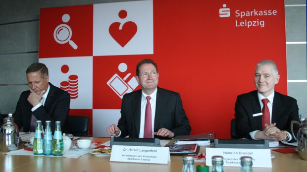 Sparkassen-Vorstände Andreas Nüdling, Dr. Harald Langenfeld und Heinrich Brendel. Foto: Ralf Julke