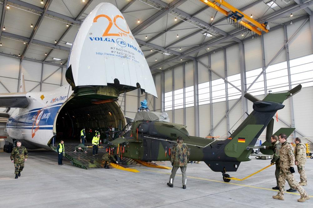 Verladung von Militärgerät in eine Volga-Dnepr-Maschine in Halle / Leipzig. Foto: Flughafen Leipzig / Halle
