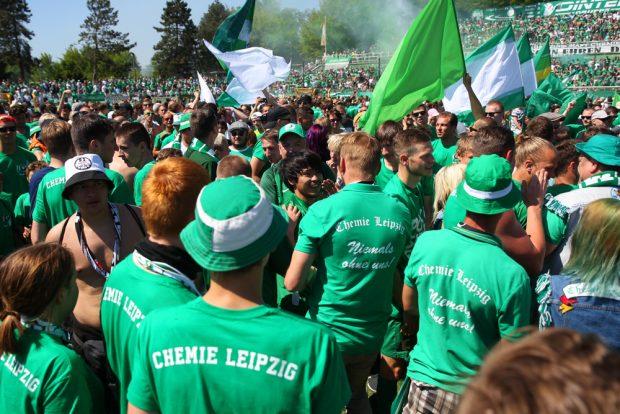 Sekunden nach dem Abpfiff war die Mannschaft von grün-weißen Fans umringt. Foto: Jan Kaefer